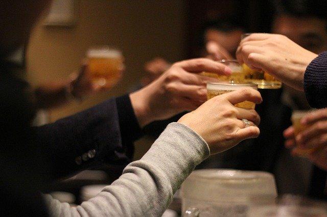 大人数での集まりや飲み会に参加する