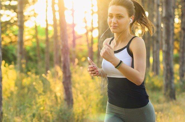 運動をし汗を流す